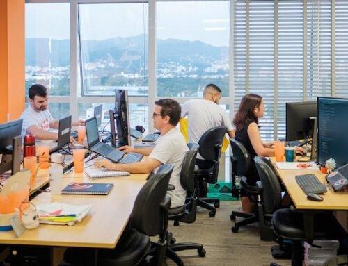 """Demanda por profissionais de TI em empresas """"não tech"""" cresce 17%, aponta Tech Report SC"""